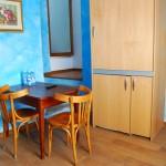 camera mansardata zona giorno tavoli e sedie